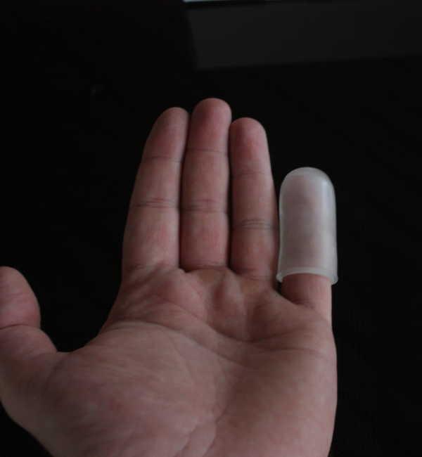 Phallosan Forte Protektor-Kappe auf kleinem Finger