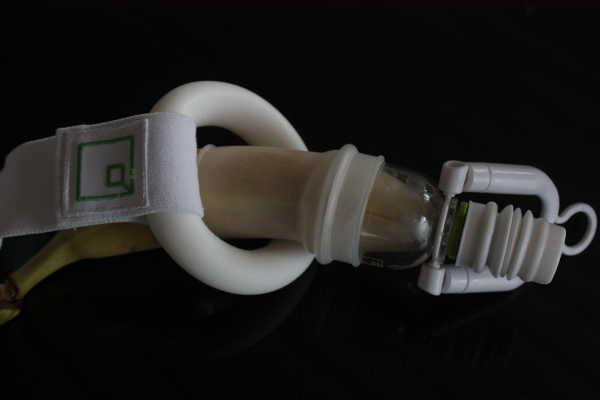 Schaumstoffring um Penis gelegt
