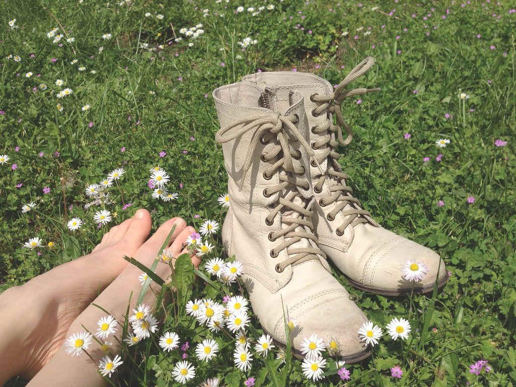 Barfuss Schuhe auf Wiese
